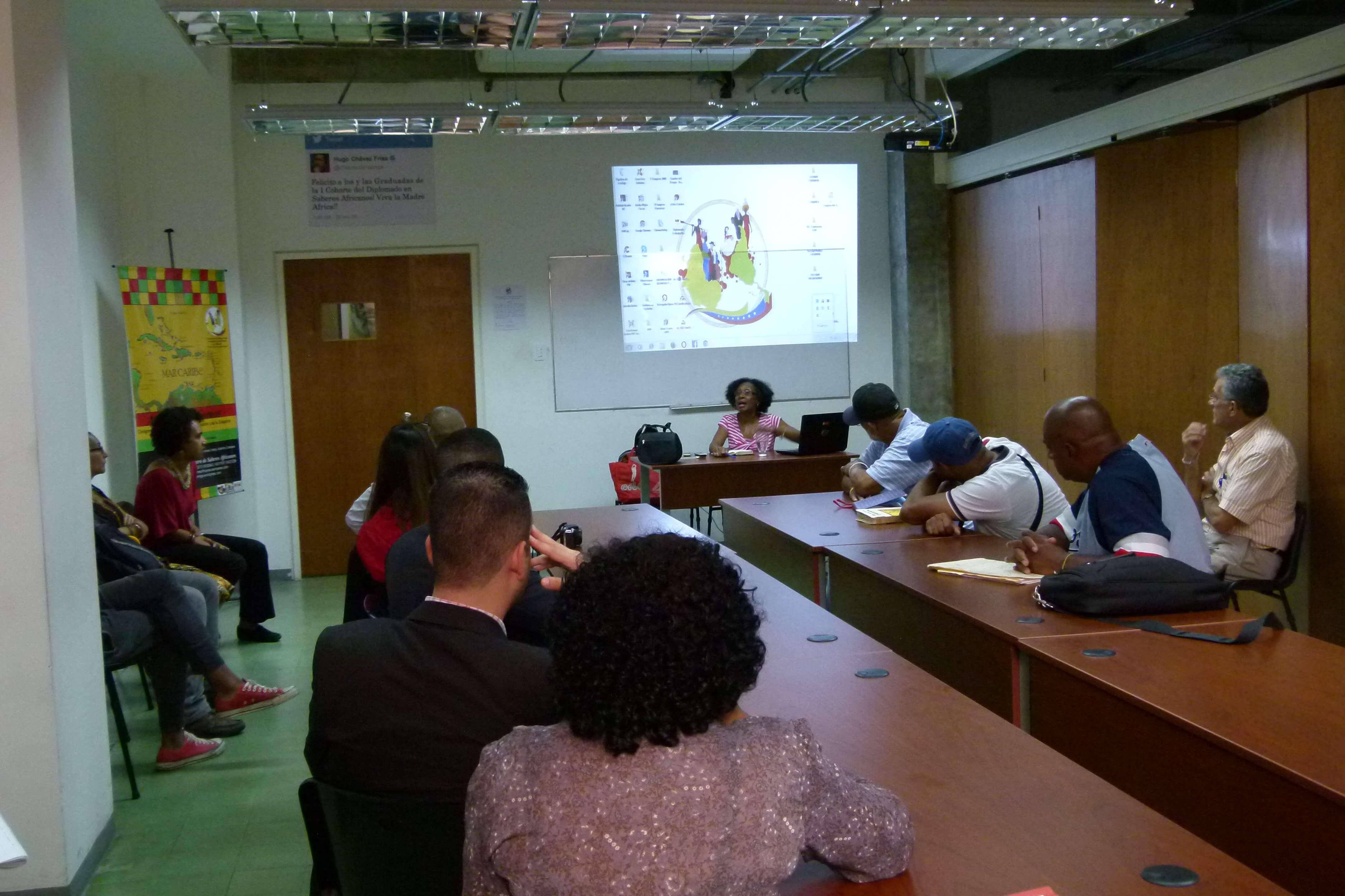 Asistentes a la Conferencia sobre la Sociedad Secreta Abakuá en el Centro de Saberes Africanos Americanos y Caribeños